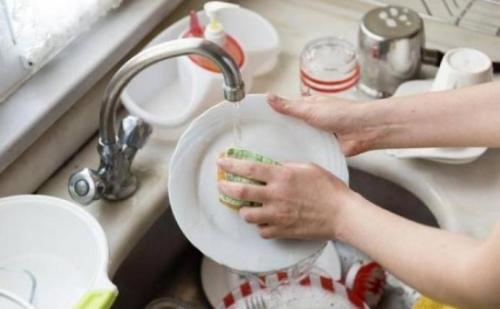 प्लास्टिक के बर्तनों को जिद्दी दागों से बचाएंगें ये आसान टिप्स…