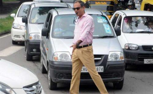 पुलिस चालान काटने में थी व्यस्त, राहगीर ने संभाली जाम खुलवाने की कमान