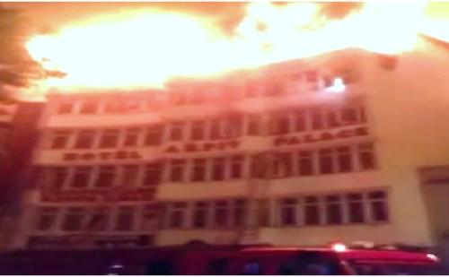 दिल्ली: करोल बाग के अर्पित पैलेस में लगी आग, करीब 13 लोगों की गई जान