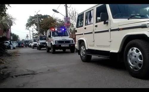 सुरक्षा बलों व पुलिस ने शहर के मुख्य मार्गों से होते हुए निकाला फ्लैग मार्च