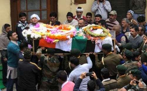बेटे का शव आंगन मे देखकर बिलख कर रोई शहीद की मां, सैन्य सम्मान के साथ शहीद मनीष का अंतिम संस्कार