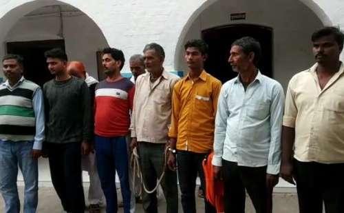 प्रतिबंधित पशु काटते हुए 10 गोकश गिरफ्तार, बसपा का नगर अध्यक्ष गफूर हसन भी शामिल