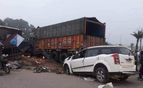 धुंध के कारण ट्रक और कार की जबरदस्त टक्कर, 1 घंटे तक तड़पता रहा कार चालक