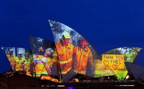 ऑस्ट्रेलिया ने सिडनी ओपेरा हाऊस को 'फायर फायटर्स' की तस्वीरों से किया रोशन