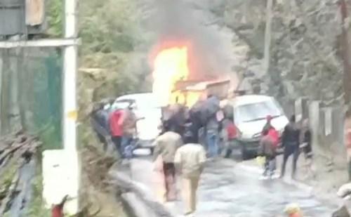 चमोली: गोपेश्वर पुलिस लाइन के पास खड़ी गाड़ी में लगी आग, जलकर राख