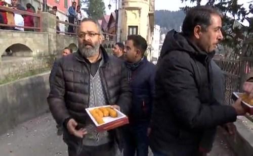 जेपी नड्डा के बीजेपी अध्यक्ष बनने पर शिमला में कार्यकर्ताओं ने बांटे लड्डू