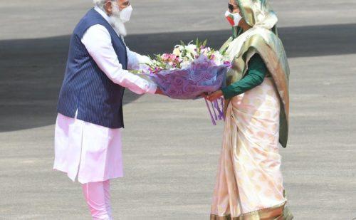 बांग्लादेश दौरे पर प्रधानमंत्री मोदी, शेख हसीना ने किया स्वागत, वॉर मेमोरियल में पीएम ने शहीदों को किया नमन !