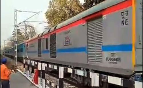 VIDEO: अचानक ट्रैक पर उल्टी दौड़ने लगी यात्रियों से भरी ट्रेन,देखिए फिर क्या हुआ?