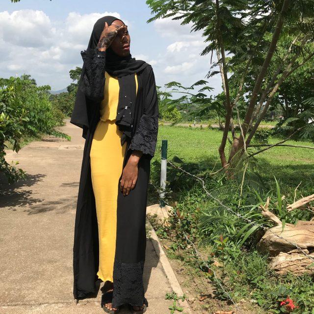 eid-outfit-inspo-black-abaya-yellow-dress