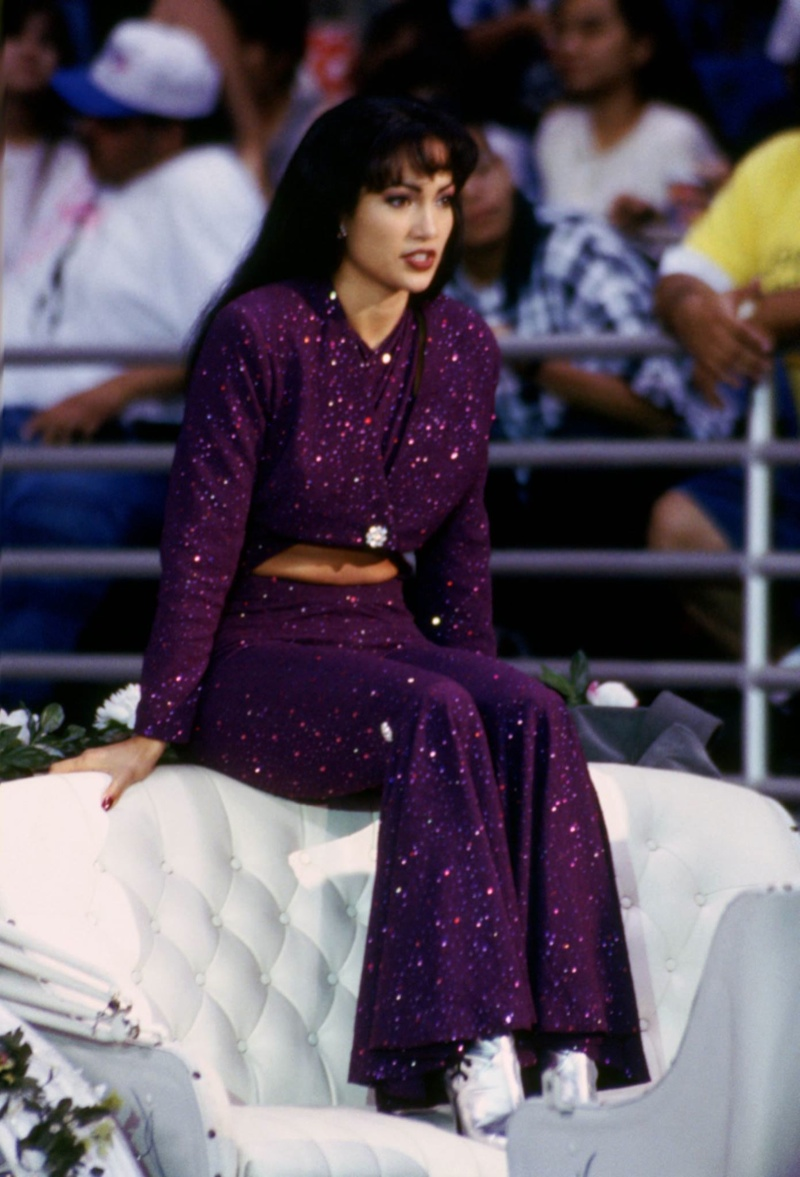Stylish Selena Quintanilla Outfits Selena Quintanilla Vs Jennifer Lopez Outfits