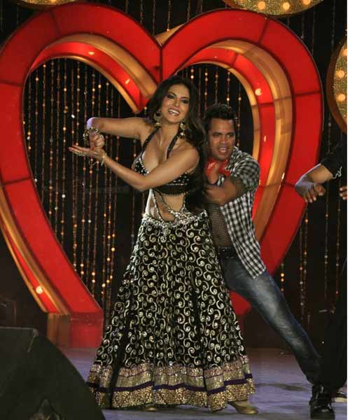 सनी लियोन ने स्टेज पर लगायी आग sunny-leone-made-and-a-fire-on-stage-1-1363945585