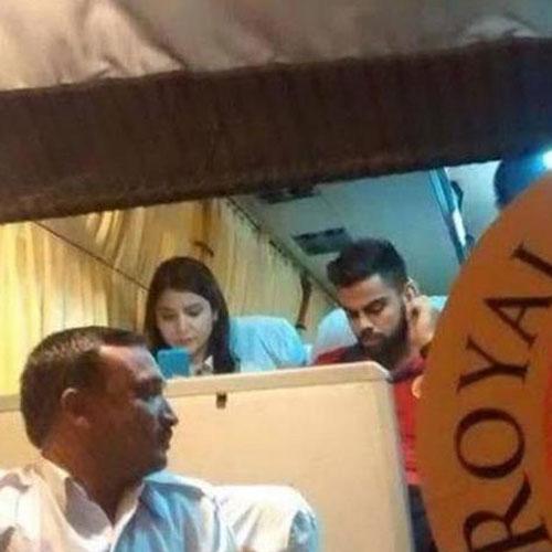 आरसीबी की बस में अनुष्का-विराट, तस्वीर वायरल bollywood anushka virat spotted together on same bus viral images