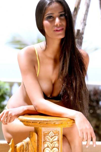 मै हूं ही इतनी हॉट... : पूनम poonam-then--show-your-cleavage-in-sexy-style-1-1367992599