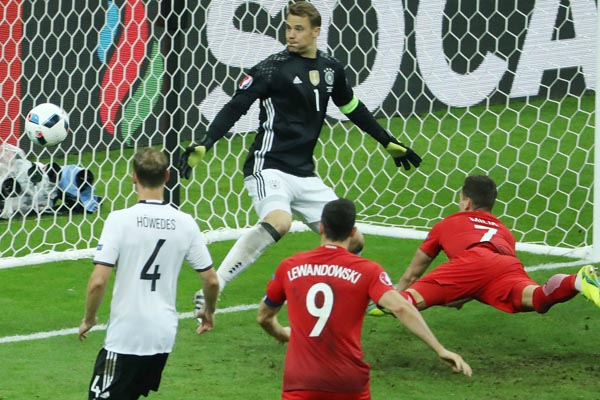 Poland's forward Arkadiusz Milik (R) challenges Germany's goal line during the Euro 2016 group C football match between Germany and Poland at the Stade de France stadium in Saint-Denis near Paris on June 16, 2016. / AFP / KENZO TRIBOUILLARD        (Photo credit should read KENZO TRIBOUILLARD/AFP/Getty Images)