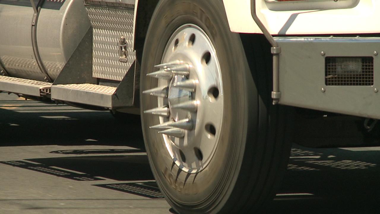 dangerous wheel spike hubcap (1)_81383