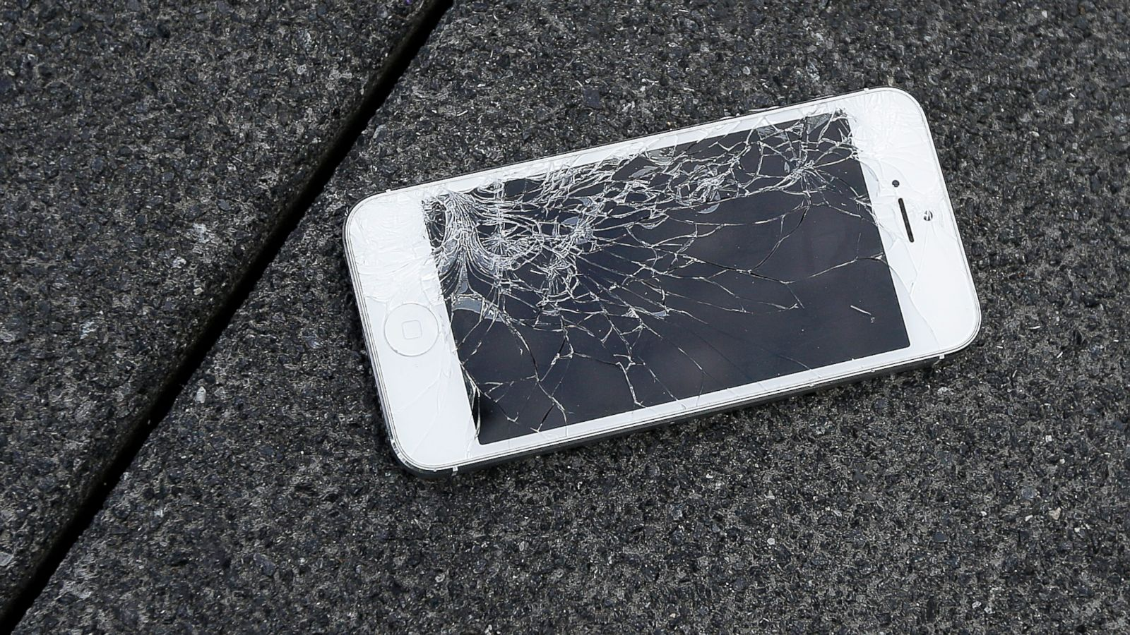 iPhone broken cracked screen_141896