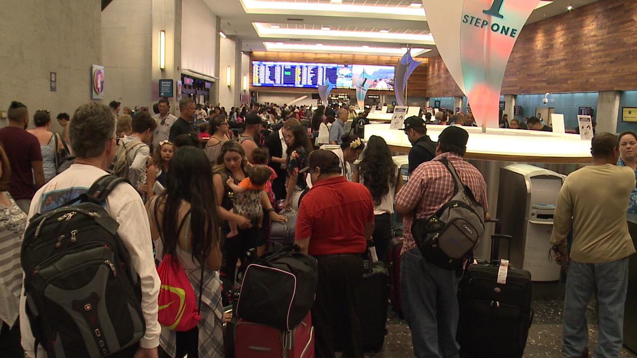 honolulu international airport crowd_159230