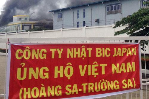 """Một công ty của Nhật treo băng rôn với nội dung """"Ủng hộ Việt Nam Hoàng Sa - Trường Sa"""" để tránh bị đập phá. Ảnh: Vnexpress.net"""