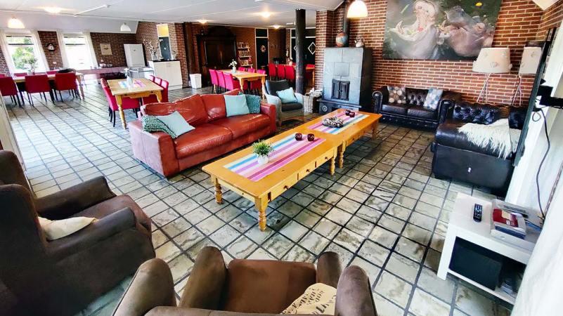 In de living is meer dan voldoende ruimte voor spelletjes aan tafel of om heerlijk bij de open haard te relaxen.