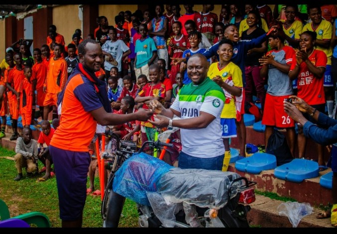 Naija Ratels Boss hands N2.5m Scholarship to a player, plus a Vehicle to  the Coach | KICK442