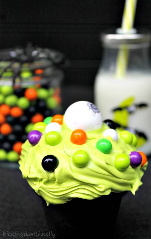 easy and fun Halloween dessert recipe 4Cute Spooky Halloween Eyeball Cupcakes akaEye Of Newt Cupcakes