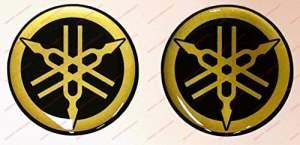 Adesivi Compulsivi – Lot de 2 stickers, logo Yamaha, en résine effet 3D Couleurs: noir et doré. Pour réservoir ou casque.