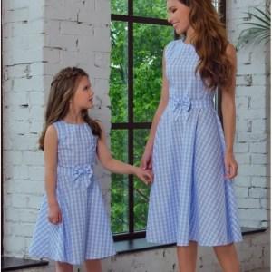 שמלת משבצות כחול-לבן לאם