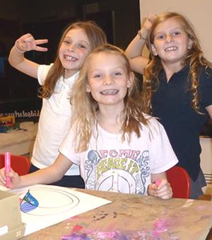 photosslider-girls-drawing