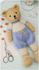 Teddy selbstgestrickt mit blauer Hose