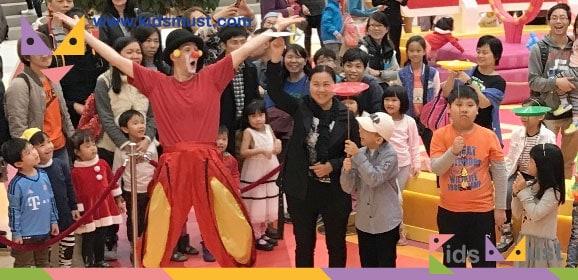 英國小丑達人The Funnyman及雜技舞蹈姐妹花施展絕技