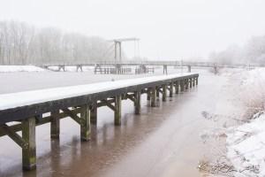 Een dichtgevroren Westerwoldse Aa te Bad Nieuweschans