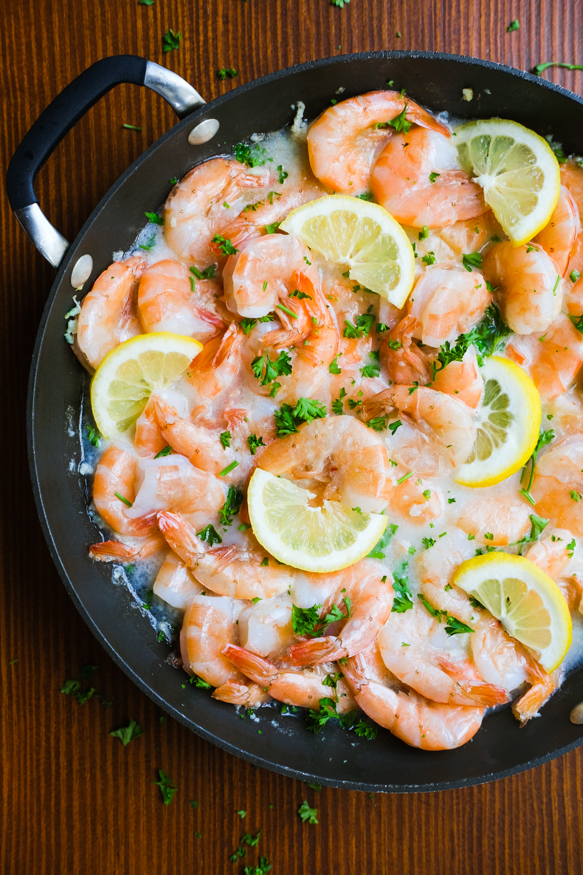lemon garlic shrimp in white wine sauce with lemons