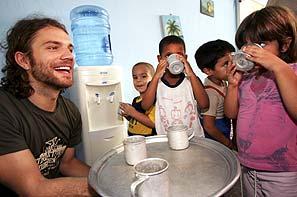 Große Freude über die Wasserspender: Benjamin Adrion inmitten einer trinkenden Kinderschar (15 KB, Bild von welthungerhilfe.de)