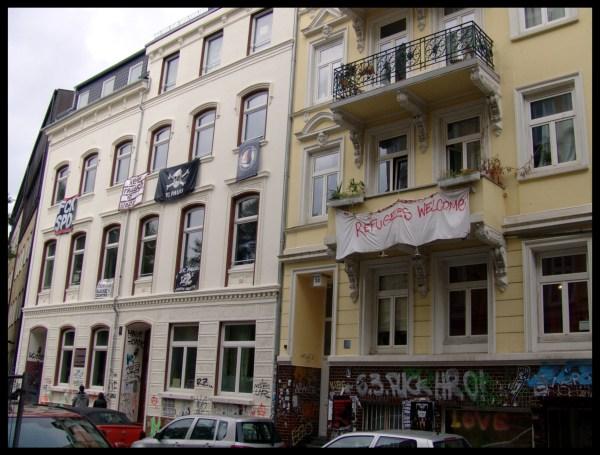Gebäude am Paulinenplatz mit zwahlreichen Transparenten