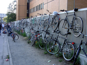Am Zaun angeschlossene Fahrräder, teilweise aufgehängt