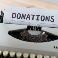 DONATIONSと打たれたタイプライター
