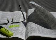 本とメガネと蛍光ペン