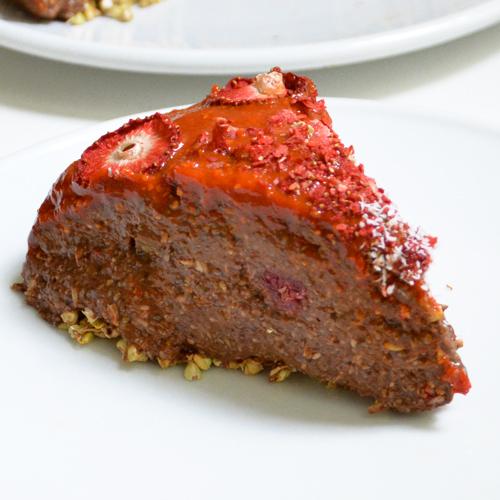 Tarta de mousse de chía, cacao y frutos rojos