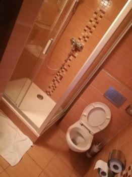 Das Bad ist fast größer als das Zimmer...