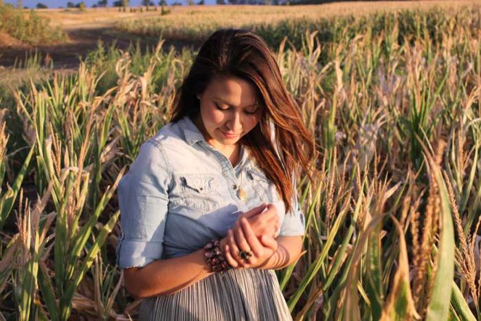 @kimberlyloc chambray top jewelry in field