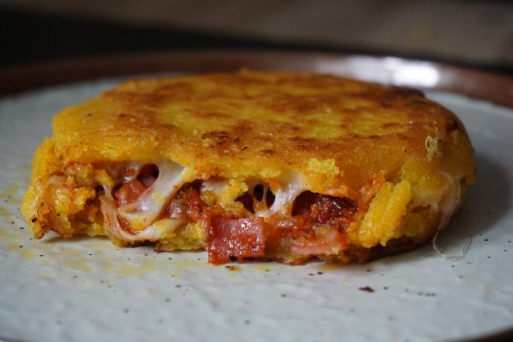 Easy, no bake, gluten free hot pocket arepas with a pizza style filling (pepperoni, mozzarella and pizza sauce)