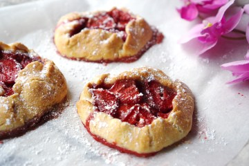 Mini gluten free strawberry rustic pies with a sprinkle of icing sugar