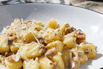 Easy gluten free buttery bacon mushroom and cheese gnocchi