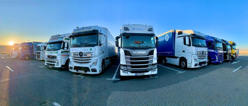 Konvooi vrachtwagens cadeautjes parkeerplaats