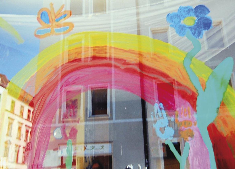 Kindergruppe_Spielbar_4_-_6_-_Regenbogen-Blumenhaus-Fenster