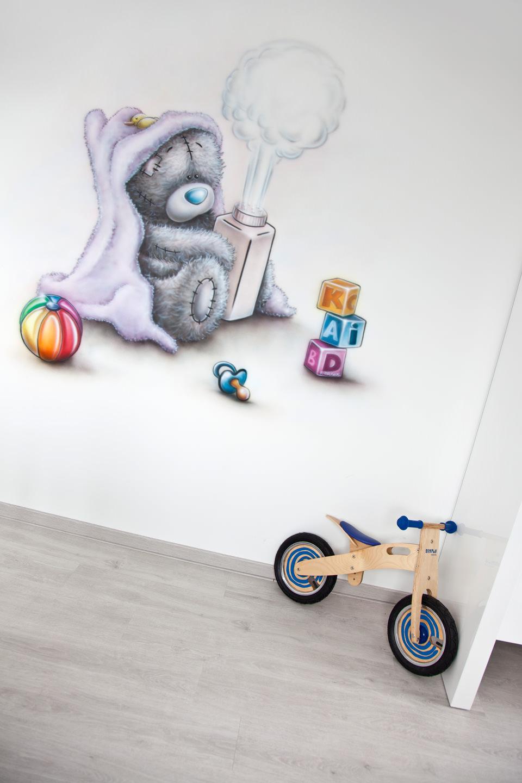 Muurschildering van me to you beertje met poederfles en speelgoed