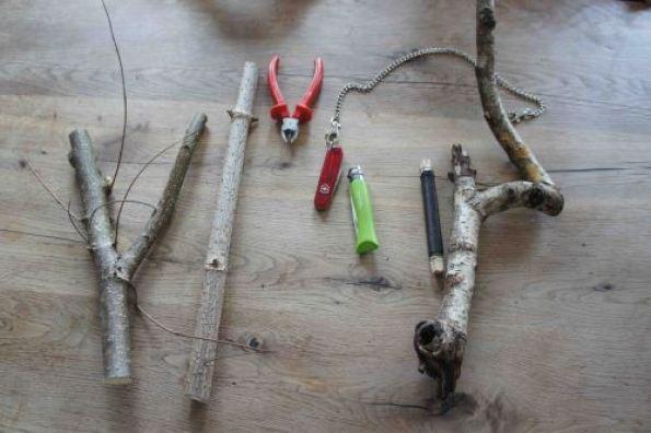 Mit soooo wenig Material lässt sich eine ganz tolle Astgabel-Rassel basteln. Foto: (c) kinderoutdoor.de