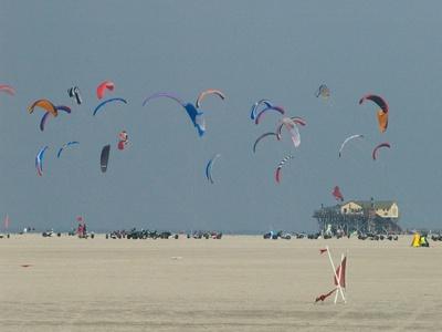 Toller Wind und ein weiter Strand sind ideale Bedingungen für´s Drachensteigen. Foto: (c) Petra Schmidt / pixelio.de
