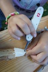 Mit dem Dorn vom Taschenmesser bohrt Ihr vorne ein Loch in die Nashornschnauze. Foto. (c) Kinderoutdoor.de