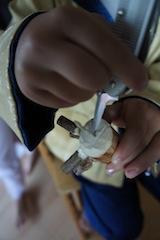 Nun bohrt Ihr ein Lich hinten in das Nashorn und steckt ein kurzes Stück Paketschnur hinein. Foto: (c) Kinderoutdoor.de